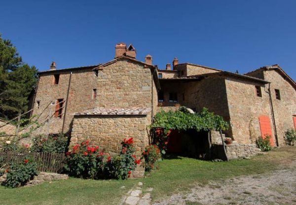 Charming medieval hamlet between Siena and Arezzo