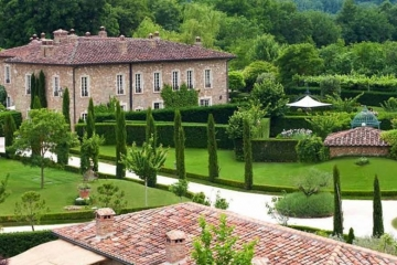 Fairytale hamlet with spa near Siena